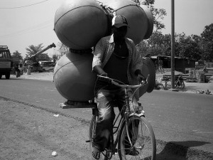 Livreur de jarres à Ouagadougou