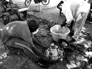 Plumeur de volaille à Ouagadougou